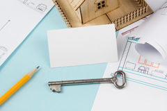 Concept 6 van onroerende goederen Zilveren sleutel met huiscijfer en leeg adreskaartje op blauwe achtergrond Hoogste mening Royalty-vrije Stock Fotografie