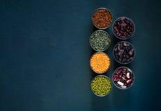 Concept vegetarisch voedsel Graangewassen en peulvruchten op een blauwe concrete achtergrond hoogste mening, Stock Afbeeldingen
