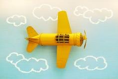 Concept verbeelding, creativiteit, het dromen en kinderjaren Retro stuk speelgoed vliegtuig met de schets van de informatiegrafie stock foto
