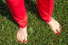 Concept vertrouwensfeminisme Vrouwen naakte voeten met helder rood stock fotografie