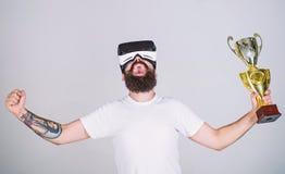 Concept virtuel d'accomplissement Le hippie sur le visage heureux a gagné le championnat virtuel Le type avec des verres de VR a  photographie stock libre de droits