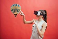 Concept visuel de réalité Jeune homme à l'aide de la réalité visuelle ou du casque de VR et agissant l'un sur l'autre avec l'obje Images libres de droits