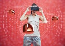 Concept visuel de réalité Jeune homme à l'aide de la réalité visuelle ou du casque de VR et agissant l'un sur l'autre avec l'obje Photos stock