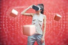 Concept visuel de réalité Jeune homme à l'aide de la réalité visuelle ou du casque de VR et agissant l'un sur l'autre avec l'obje Image libre de droits