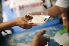 Concept voedsel die voor de armen delen om honger te verminderen: Sociale Problemen van Armoede die door Te voeden worden geholpe royalty-vrije stock foto's