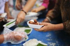 Concept voedsel die voor de armen delen om honger te verminderen: Sociale Problemen van Armoede die door Te voeden worden geholpe stock afbeelding