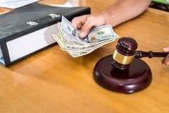 Concept voor Corruptiehand met dollarsteekpenning royalty-vrije stock foto's
