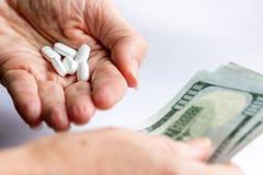 Concept voor de kosten van pillen stock fotografie