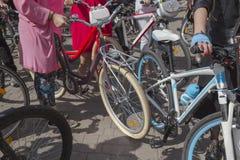 Concept: vrouwen op fietsen De vrouw in heldere kleren houdt de sturen royalty-vrije stock afbeeldingen