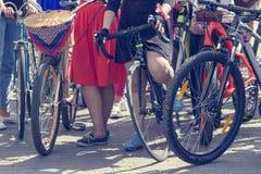 Concept: vrouwen op fietsen De vrouw in heldere kleren houdt de sturen royalty-vrije stock foto