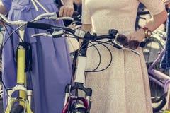 Concept: vrouwen op fietsen De vrouw in heldere kleren houdt de sturen Een deel van het beeld stock foto's