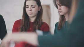 Concept: vrouwen` s cursussen, een hoofdklasse voor groepen vrouwen stock videobeelden