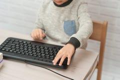 Concept weinig zakenman, webmaster, programmeur, ontwikkelaar, Websiteontwerper stock foto