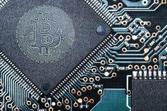 Concepten bitcoin virtuele cryptocurrency teken of symbool btc bij computer of laptop microscheme Macro blockchain technologie vo stock afbeelding