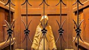 Concepten Gelukkig Kerstmis en Nieuwjaar Moeder Mary Figurine achter het gebogen staal royalty-vrije stock fotografie