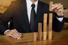Concepten groeiende waarde de hand van zakenman neemt een houten blok op Stock Fotografie