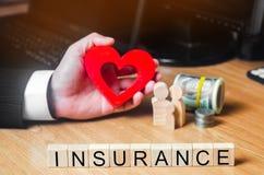 Concepten medische verzekering, familie, kinderen, levensverzekering hart in de handen van een zakenman dollars, muntstukken en f royalty-vrije stock fotografie