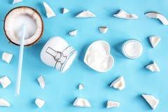 Concepten organische schoonheidsmiddelen met kokosnoot op blauwe bovenkant als achtergrond vi stock afbeeldingen