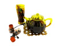 Concepten zwarte thee in glaswerk die het 3d teruggeven op witte achtergrond lassen geen schaduw vector illustratie