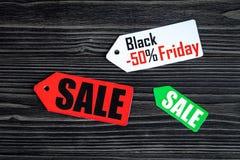 Concepten zwarte vrijdag op donkere houten hoogste mening als achtergrond Royalty-vrije Stock Fotografie