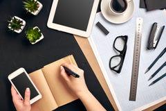Conceptenarchitecten Architectenwerkplaats, architecturaal project, blauwdrukken, heerser De ingenieur houdt een pen en schrijft  stock afbeelding