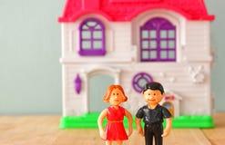 Conceptenbeeld van jong paar voor nieuw huis weinig plastic stuk speelgoed poppen (mannetje en wijfje), selectieve nadruk Royalty-vrije Stock Fotografie
