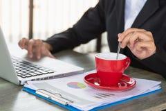 Conceptenbeeld voor effectenbeurs, bureau, belasting, en project Twee zakenmanbeleggingsadviseur die financieel bedrijf analysere royalty-vrije stock afbeelding