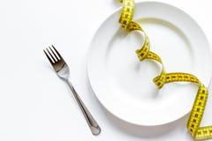 Conceptendieet en gewichtsverlies op witte hoogste mening als achtergrond Stock Foto