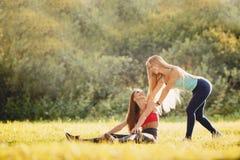 Conceptenfitness, sport, vriendschap en gezonde levensstijl royalty-vrije stock afbeeldingen