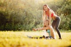 Conceptenfitness, sport, vriendschap en gezonde levensstijl royalty-vrije stock foto