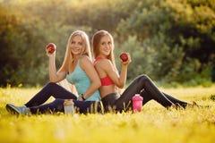 Conceptenfitness, sport, vriendschap en gezonde levensstijl stock foto