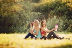 Conceptenfitness, sport, vriendschap en gezonde levensstijl royalty-vrije stock afbeelding