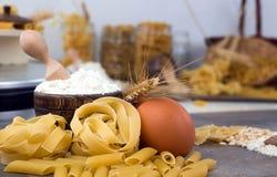 Conceptenfoto in de keuken; macaroni royalty-vrije stock foto's