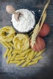 Conceptenfoto in de keuken; macaroni stock fotografie