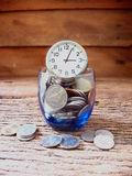 Conceptenidee, velen muntstuk in blauw glas met tijd, idee voor zaken Royalty-vrije Stock Afbeelding