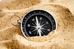 Conceptenkompas in zand die betekenis van het leven zoeken Royalty-vrije Stock Afbeelding