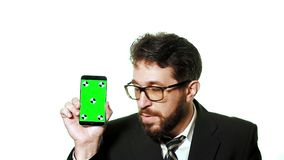 Conceptenmodel Gebaarde zakenman die met glazen een groene het schermsmartphone houden stock footage