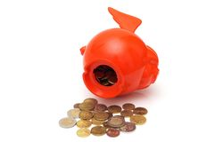 Conceptenod het besteden besparingen met muntstukken en piggy Stock Foto's