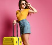 Conceptenreis en toerisme Benen van een meisje met een koffer stock afbeelding