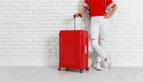 Conceptenreis en toerisme benen van meisje met een rood kofferne royalty-vrije stock foto's