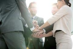 Conceptenteam: het vriendschappelijke commerciële team zou hun palmen moeten zetten toge Royalty-vrije Stock Fotografie