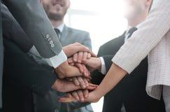 Conceptenteam: het vriendschappelijke commerciële team zou hun palmen moeten zetten toge Stock Foto