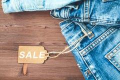 Conceptenverkoop, Black Friday-kortingen met markering, jeans op een houten achtergrond Copyspace Vlak leg hoogste mening stock afbeelding