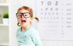 Conceptenvisie het testen kindmeisje met oogglazen stock foto's