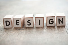 Conceptenwoord die zich met kubus op houten bureau vormen - Ontwerp Stock Afbeelding