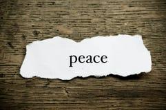 Conceptenwoord op papier op houten bureau - Vrede royalty-vrije stock afbeelding