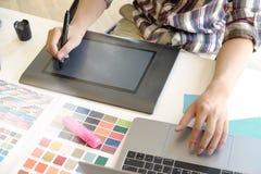 Concepteur à l'aide du comprimé numérique et de l'ordinateur dans le bureau Photo libre de droits