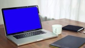 Concepteur à l'aide du convertisseur analogique-numérique à son bureau dans le bureau créatif banque de vidéos
