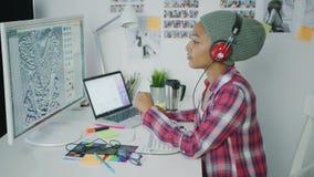 Concepteur à la mode travaillant avec l'ordinateur banque de vidéos