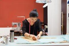 Concepteur asiatique de robe de vêtements de mode de tailleur de femme photographie stock libre de droits